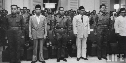 Kolonel Dahlan Djambek (paling kiri), Burhanuddin Harahap, pemimpin Dewan Revolusi Ahmad Husein, Mr Sjafruddin Prawiranegara, dan Maludin Simbolon. Foto yang diambil Maret 1958 ini menunjukkan mereka sebagai pemimpin Pemerintahan Revolusioner Republik Indonesia (PRRI) berkedudukan di Bukittinggi, melawan rezim Soekarno.
